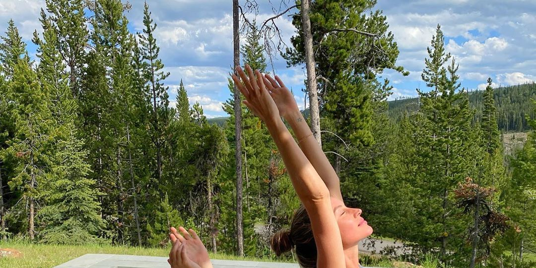 Gisele Bündchen teilt süße Yoga-Transformations-Instagramme mit 'Mini Me'-Tochter Vivian Brady