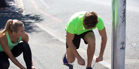 Leg, Shoe, Human leg, Human body, T-shirt, Knee, Thigh, Active pants, Athletic shoe, Physical fitness,