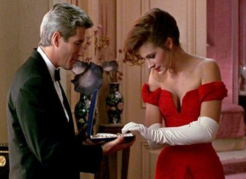 紅色衣服的女演員正看著項鍊