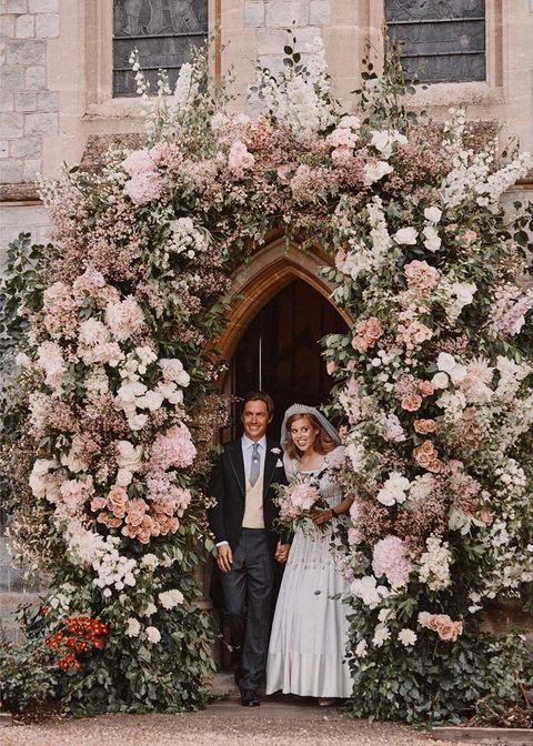 英國碧翠絲公主完婚後與老公一同攜手走出教堂