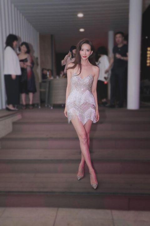 Fashion model, Fashion, Clothing, White, Dress, Fashion show, Haute couture, Beauty, Pink, Shoulder,