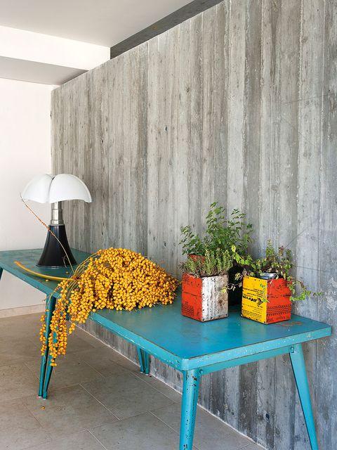el hormigón armado que recubre la pared, material de aspecto similar al cemento que añade un guiño fabril