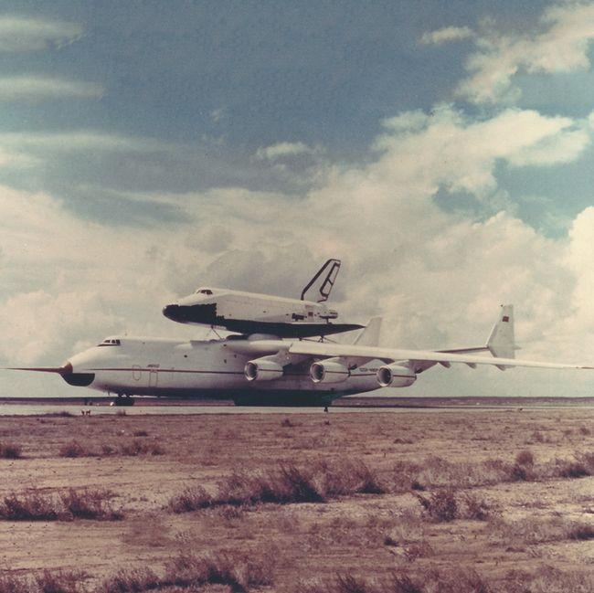 An-225 carregando o ônibus espacial Buran logo após seu primeiro voo em 1988.