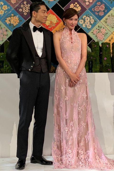 林志玲身穿夏姿⋅陳 SHIATZY CHEN粉色蕾絲禮服在婚禮現身送客。