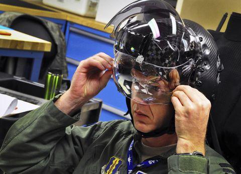 maj laurens vijge, un piloto de la fuerza aérea de los países bajos real, se somete a una prueba de ajuste para la pantalla montada en su casco para el f 35a lightning ii el 11 de diciembre en la base de la fuerza aérea de eglin, fla el 18 de diciembre, vijge se convirtió en el primer piloto de rnlaf en volar el caza de ataque conjunto y el vuelo marca la primera salida para el rnlaf aquí us air force photostaff sgt nick egebrecht
