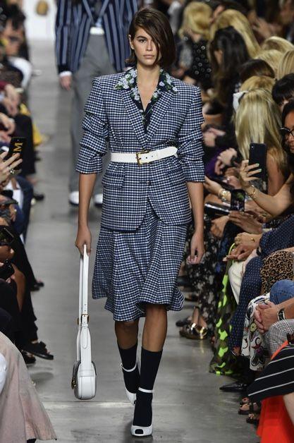 Fashion model, Fashion, Fashion show, Runway, Clothing, Footwear, Street fashion, Haute couture, Event, Shoulder,