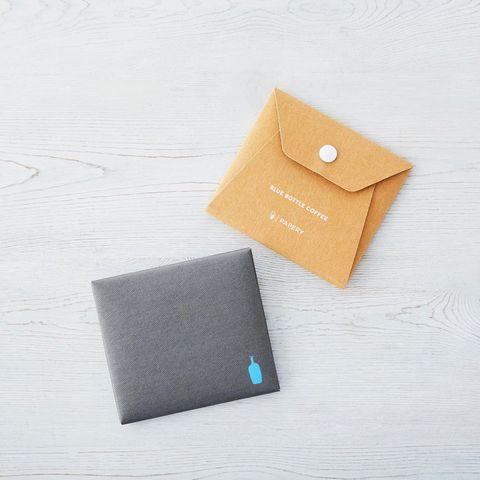 鐵灰色和咖啡牛皮紙材質的口罩收納袋