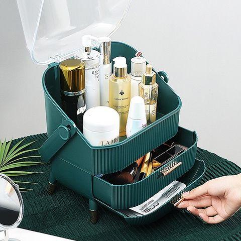 一個人把綠色復古化妝收納盒的櫃子打開