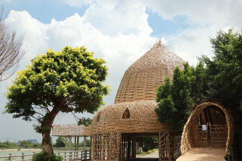 竹子做的房子旁邊有綠色的樹