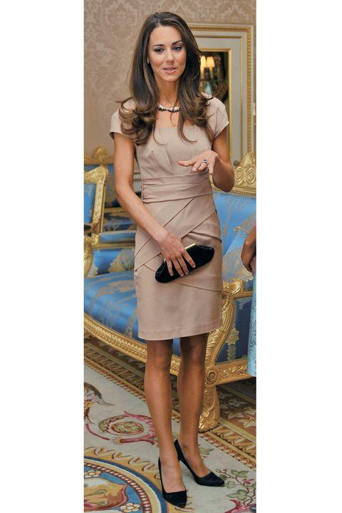 ヌーディーカラーのドレスを着ているキャサリン妃