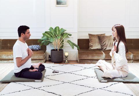 瞑想ラウンジ「suwaru」のニーマル・ラージ・ギャワリ先生と君島十和子さん