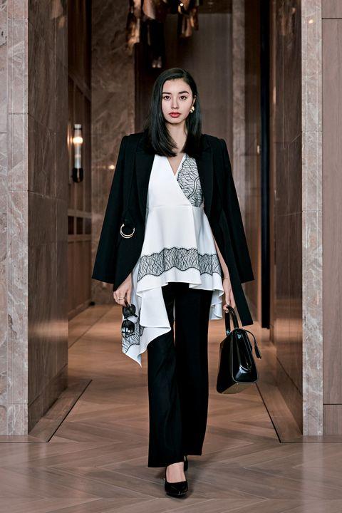 アディアムのジャケットとプルオーバーとパンツと靴とピアスとバングルとリングとマーク クロスのバッグとオリバーピープルズのサングラスのスタイル