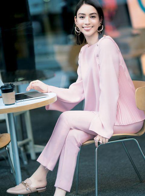 ピンクのセットアップを着ている滝沢カレンさん