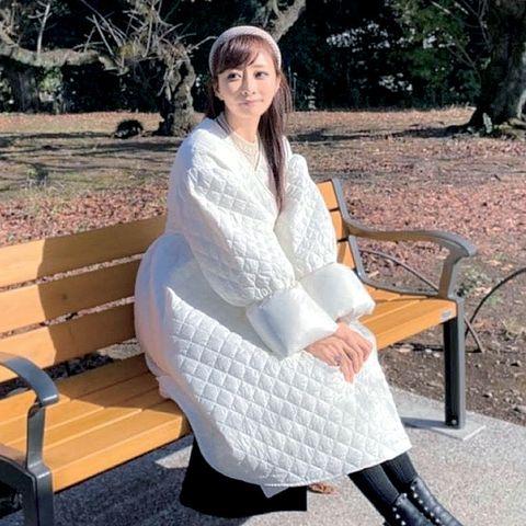 白いキルティングコートを着ている石井美保さん