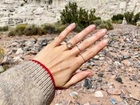 莉莉柯林斯與導演查理麥克道維爾訂婚了!打敗未婚夫前任「龍后」艾蜜莉亞克拉克、魯妮瑪拉找到真愛