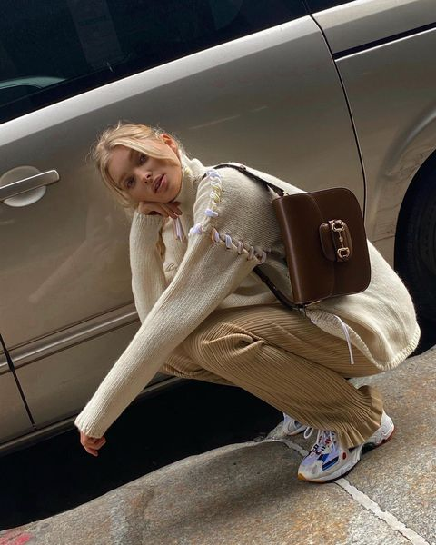 Vehicle door, Knee, Blond, Street fashion, Flash photography, Brown hair, Outdoor shoe, Ankle, Foot, Photo shoot,