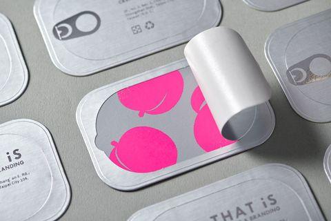 銀色罐頭名片內是粉色的桃子