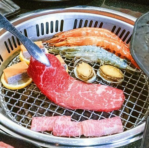 「哞哞屋和牛燒肉」推出雙和牛、厚牛舌、鮑魚、紅蝦 只要 888 吃到飽!