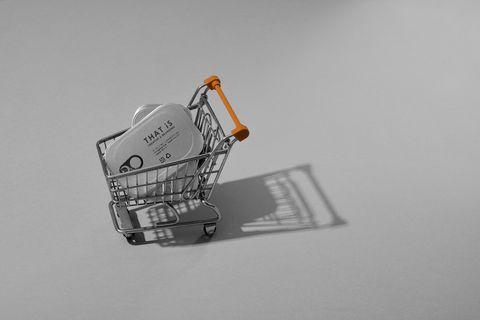 一個銀色的購物車放著銀色的罐頭