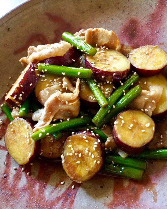普段はあまり馴染みのない食材ですが、香りがよく、様々な具材の引き立て役になる「にんにくの芽」。シャキシャキとした食感は、炒め物などのアクセントにもぴったり! そこで今回は、ご飯も進むうえに、ビールにも合う「さつまいもとニンニクの芽と豚バラの甘辛煮」レシピをお届け。