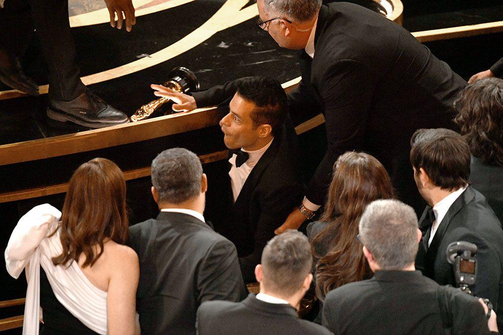 Setelah mendapatkan penghargaan, rupanya ia sempat terjatuh dari panggung (dok. Cosmopolitan)