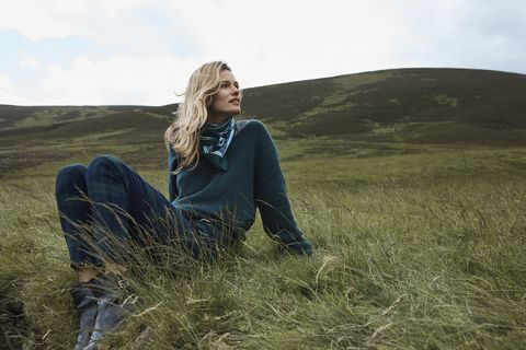 People in nature, Grass, Grassland, Sitting, Beauty, Ecoregion, Grass family, Long hair, Steppe, Blond,