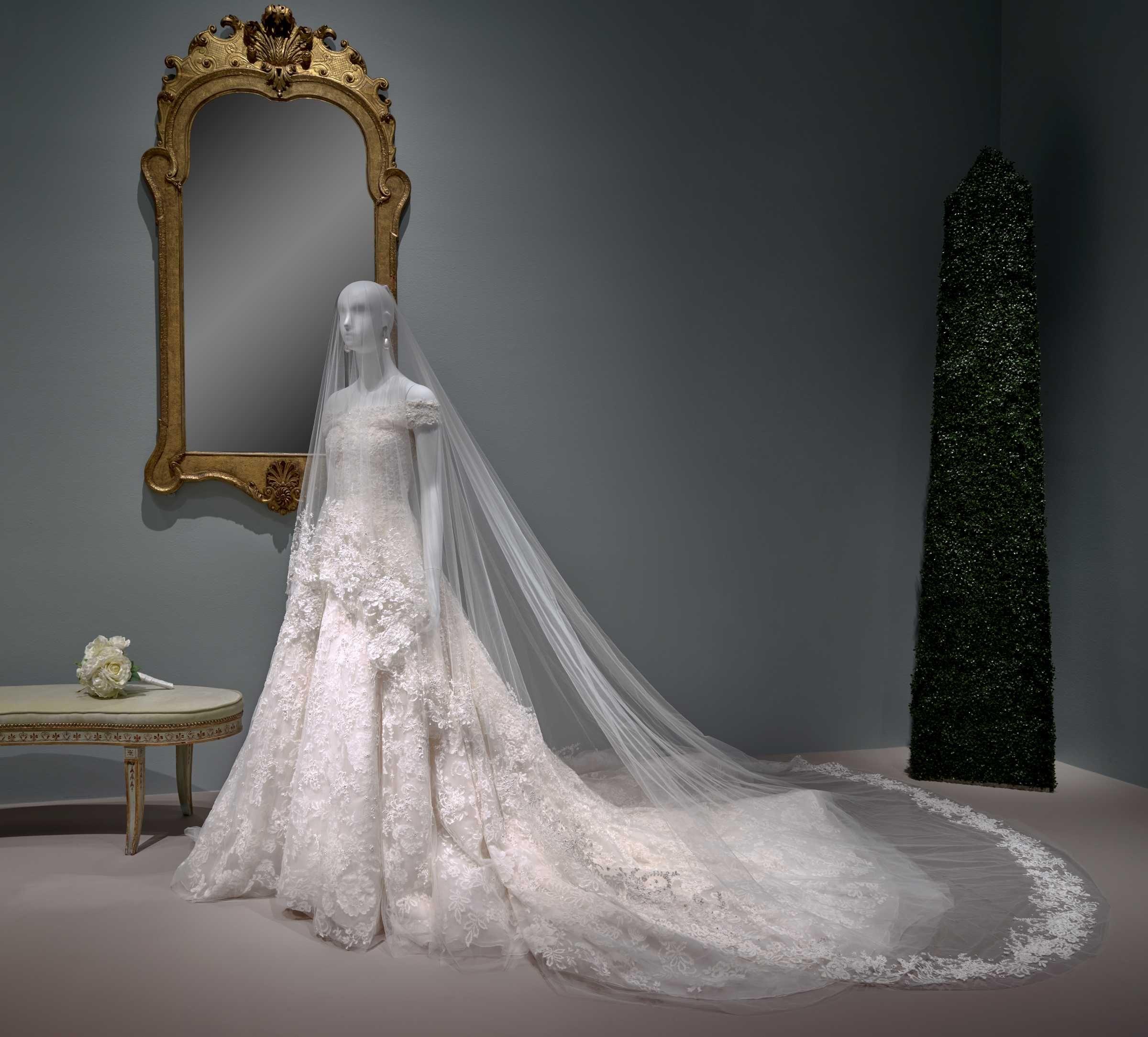 Amal Clooney S Wedding Dress Oscar De La A Exhibition At The Museum Of Fine Arts Houston