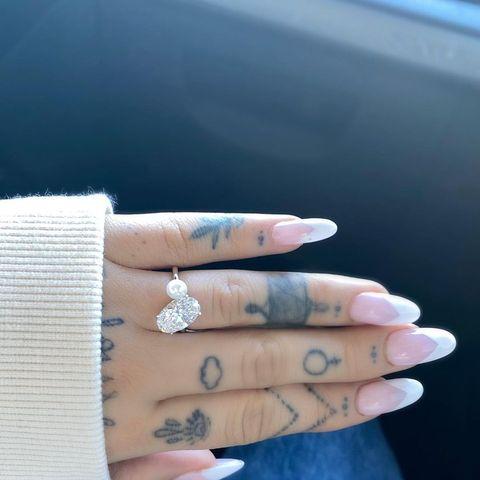 婚約ラッシュだった2020年。今年も王道のデザインではない、ユニークな婚約指輪を披露したセレブはたくさん! そこで歴代の個性あふれるセレブのエンゲージメントリングを一挙ご紹介。定番のダイヤモンドを使っていても、唯一無二のデザインだったり、パールやカラーストーンを使っていたり…とうっとりするようなジュエリーばかり♡