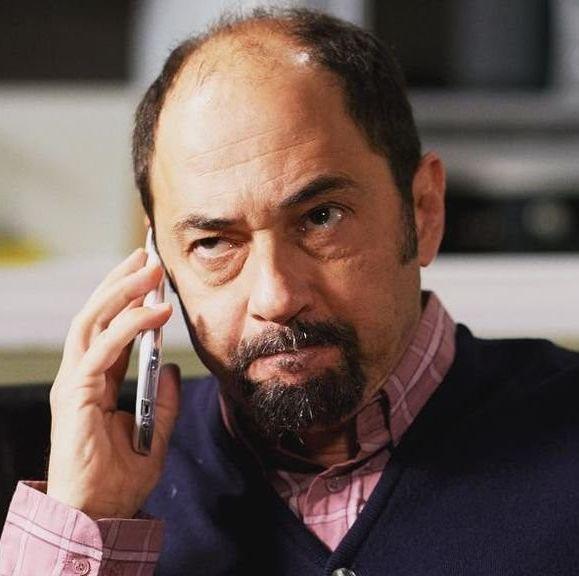 antonio recio con un telefono en la mano llamando en la que se avecina