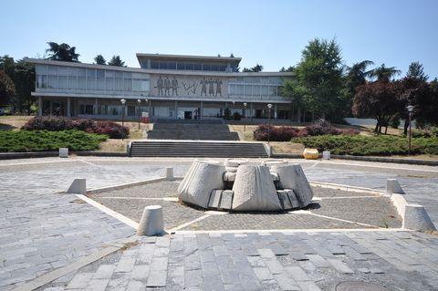 Architecture, Sculpture, Memorial, Town square, Building, Monument, City, Plaza, Tourism, Art,