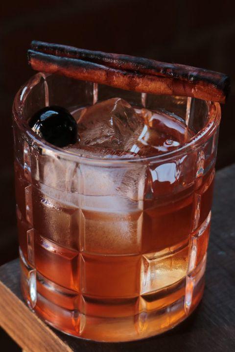 Drink, Old fashioned glass, Black russian, Alcoholic beverage, Sazerac, Old fashioned, Distilled beverage, Ice cube, Cocktail, Mizuwari,