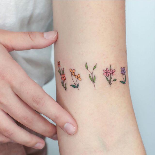 タトゥーのデザインとして人気な「フラワーモチーフ」。種類も豊富なので、どの花にしようかと悩んでしまうことも。そこで今回は、最新の「フラワータトゥー」デザインをお届け! 様々なアイディアがたっぷりなので、きっと心惹かれるデザインが見つかるはず♡