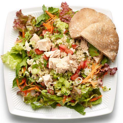 Taboulé et thon sur salade verte