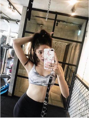 Shoulder, Abdomen, Waist, Arm, Leg, Sportswear, Selfie, Joint, Undergarment, Muscle,