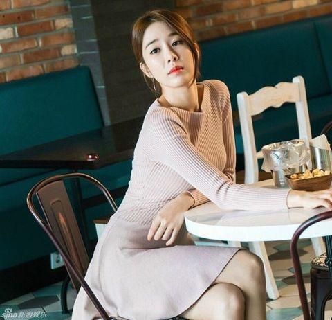 Shoulder, Clothing, Skin, Leg, Beauty, Sitting, Neck, Joint, Fashion, Arm,