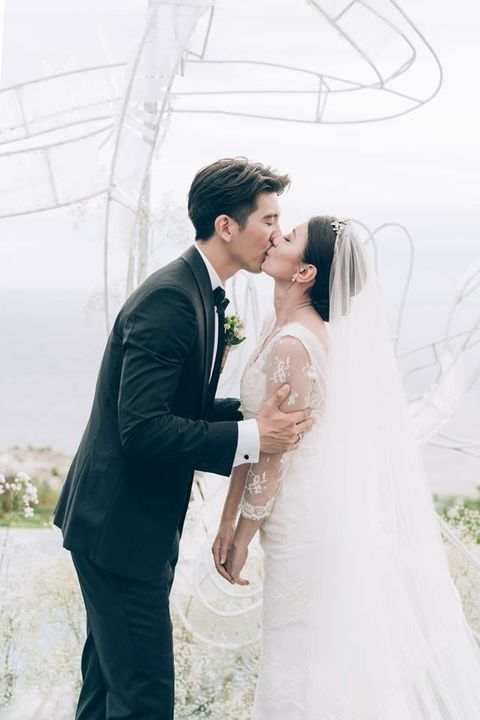 Photograph, Bride, White, Wedding dress, Gown, Dress, Bridal clothing, Wedding, Ceremony, Bridal veil,