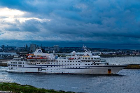 Water transportation, Ferry, Motor ship, Boat, Vehicle, Ship, Sky, Passenger ship, Cruiseferry, Watercraft,