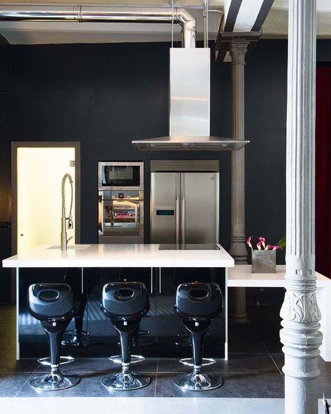 la cocina tiene un aire industrial
