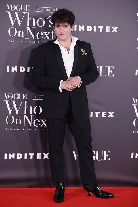 Suit, Carpet, Formal wear, Tuxedo, Premiere, Red carpet, Pantsuit, Tie, Flooring, Event,
