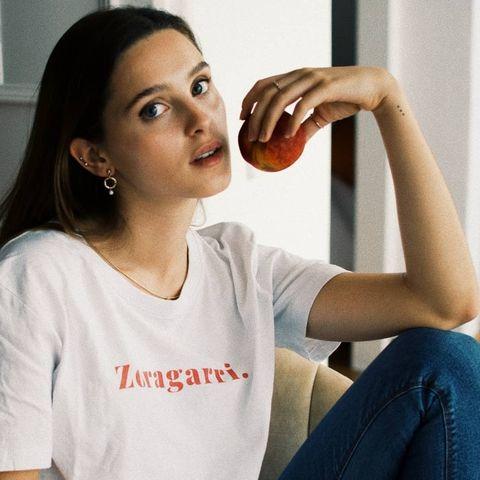 chica con camiseta bihotz paris