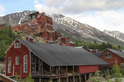 Mountainous landforms, Mountain range, Highland, Mountain, House, Building, Roof, Hill station, Rural area, Real estate,