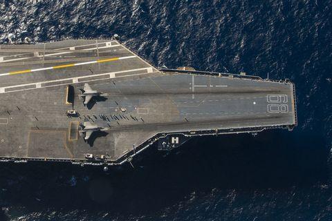 Dois F-35Cs da Marinha dos EUA se preparam para serem lançados do USS Nimitz, em novembro de 2014.