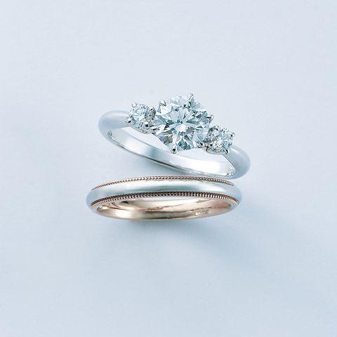 サイドストーンがセンターダイヤを引き立てるエンゲージリングと「ミキモト ミルグレイン」マリッジリング