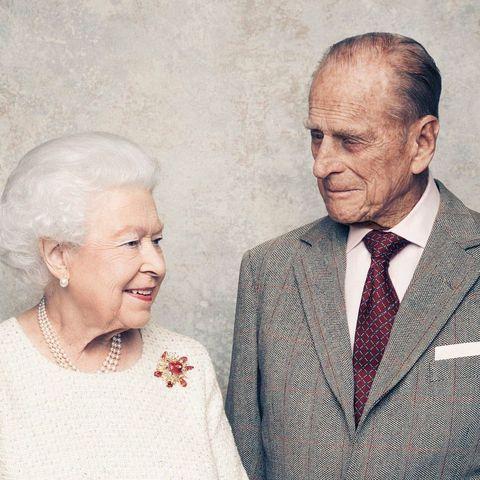 與英國女王相伴70年的愛情!她的初戀和摯愛,菲利普親王99歲辭世:「守護她是我此生責任」