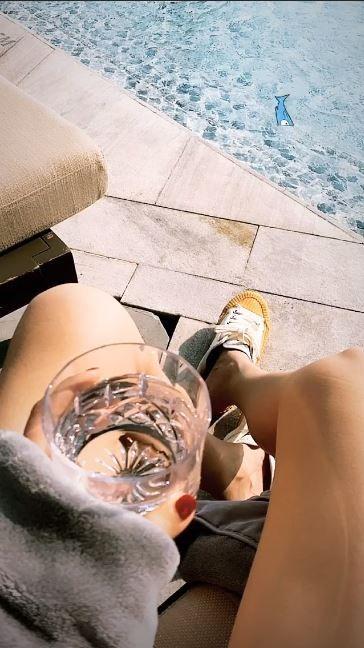 Leg, Water, Human leg, Arm, Vacation, Hand, Joint, Thigh, Foot, Glass,