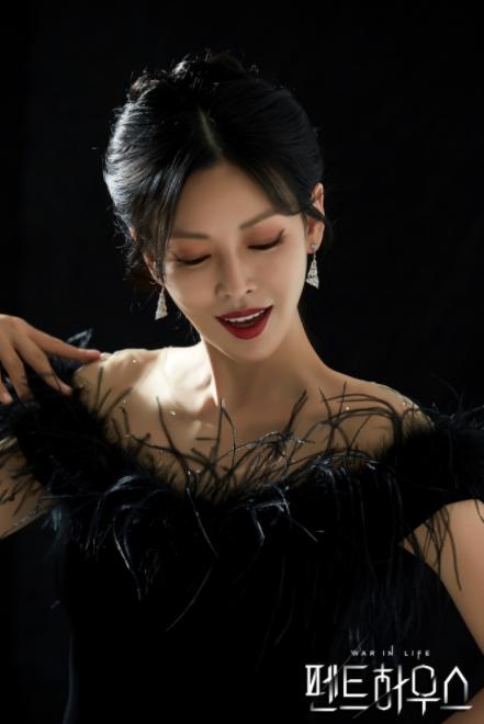 金素妍身穿華麗羽毛的黑色連身裙