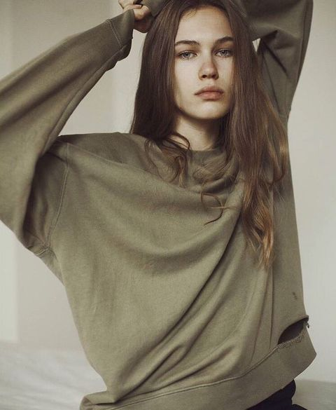 Hair, Face, Beauty, Hairstyle, Long hair, Shoulder, Lip, Forehead, Model, Photo shoot,