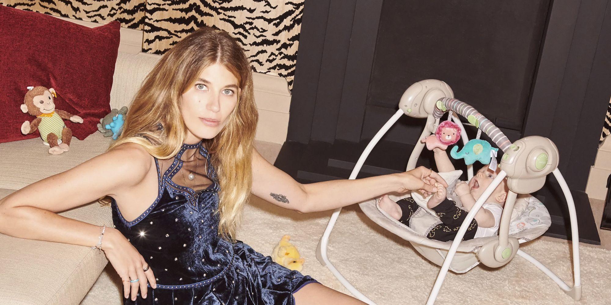 Veronika Heilbrunner staat met haar baby Walter op de cover van Vogue Nederland, januari/februari 2019.