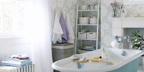 Baño de estilo country british con baera exenta