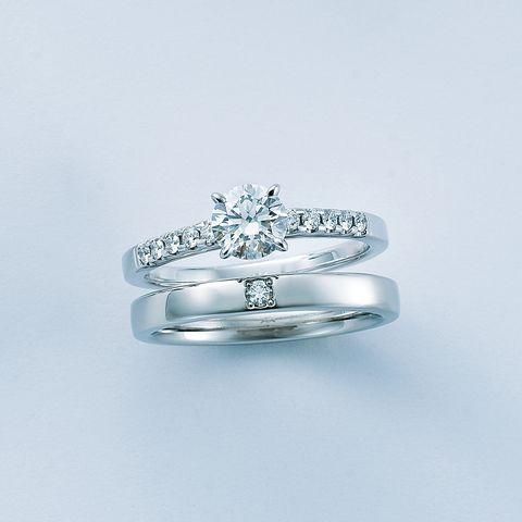 「ミキモト」の細身アームにダイヤモンドが輝くエンゲージリングとモダンな平打ちタイプのマリッジリング